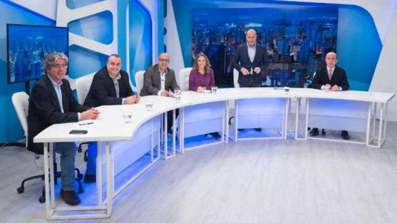 Gil Lázaro, a la derecha, en un programa de El Faro de La 8 Mediterráneo, que se emite de lunes a jueves a las 22 horas.