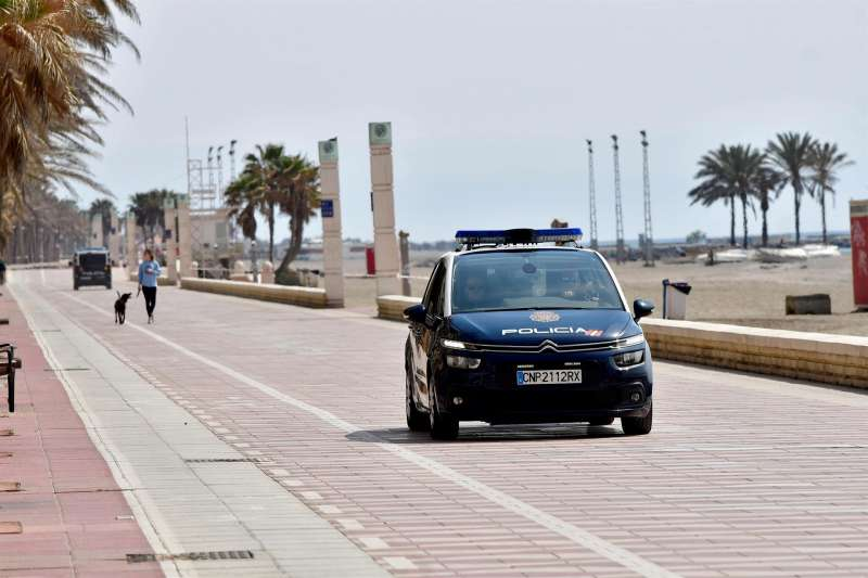 Un coche de la Policía Nacional patrulla por un paseo marítimo. EFE/Archivo