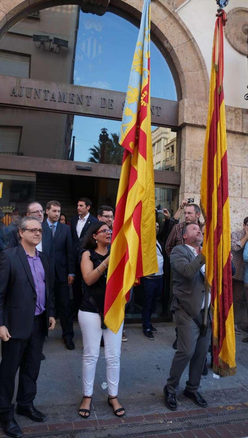 Teresa Garcia amb la Senyera valenciana i l