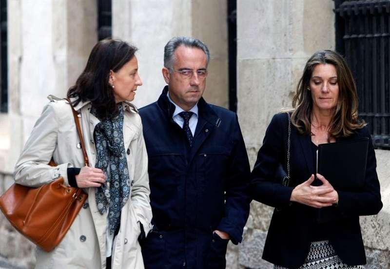Vicente Sala Martínez, hijo de la viuda del expresidente de Caja Mediterráneo (CAM) Vicente Sala a su llegada al Juzgado. EFE/Pep Morell/Archivo