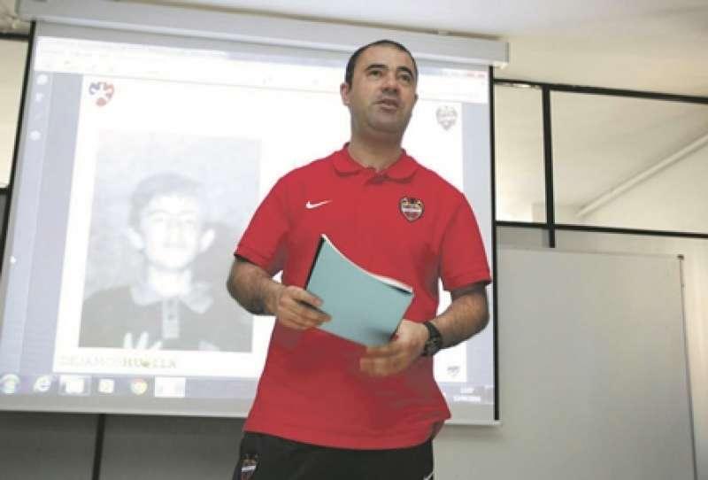 Óscar Ponce imparte charlas de motivación para los estudiantes. / epda
