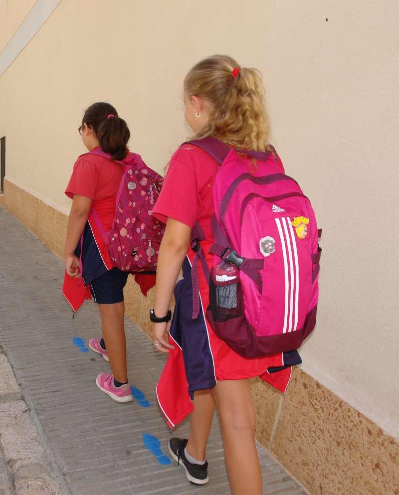 Dos niñas de Benaguasil acudiendo andando al colegio. //EPDA