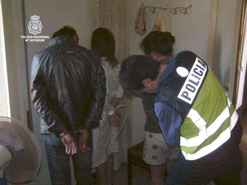 Un agente de la Guardia Civil a las puertas de una sucursal bancaria robada. EFE/Archivo