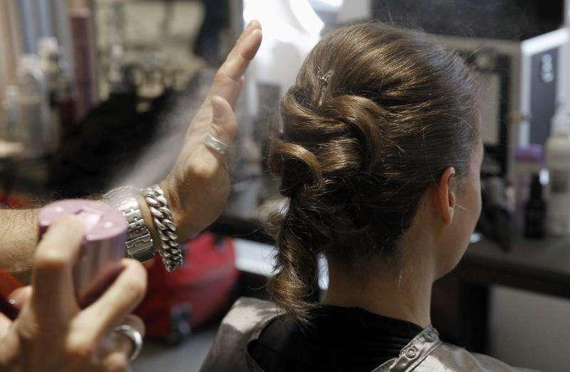 Peinado en una peluquería. EFE/Archivo