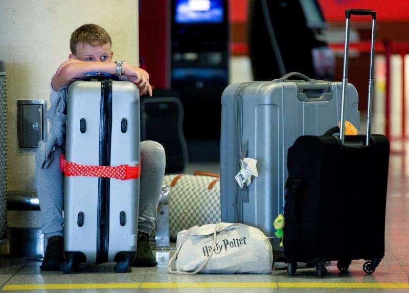 Un usuario espera en un aeropuerto debido a una huelga de pilotos. EFE/Archivo
