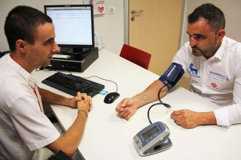 El piloto diabético Daniel Albero durante el chequeo previo al Rally Dakar. EPDA