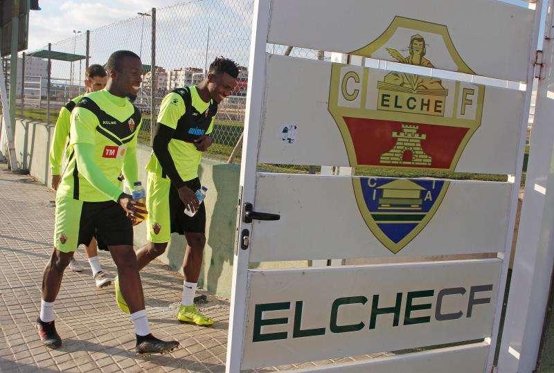 Los jugadores del Elche CF caminan hacia el entrenamiento. EFE/Archivo