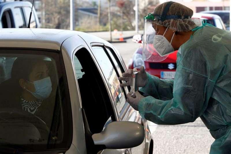 Test en un coche. EFE/ Kiko Delgado/Archivo