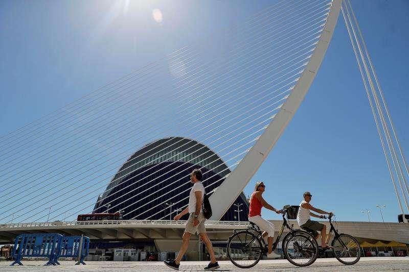 En la imagen varios turistas pasan ante el edifico del Ágora. EFE