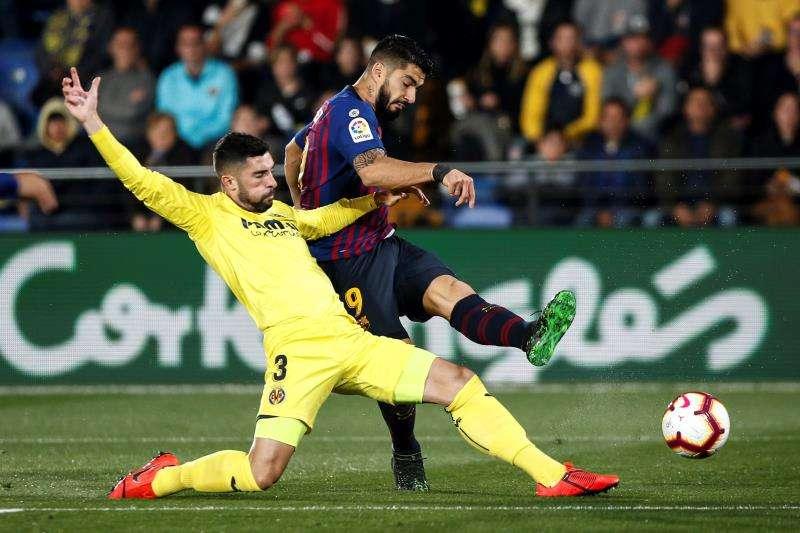 El defensa del Villarreal CF Álvaro González corta el balón ante el uruguayo Luis Suárez, del Barcelona. EFE/Archivo
