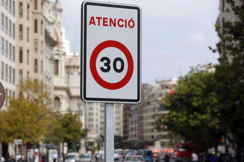 Una señal que limita la velocidad a 30 kilómetros por hora en la ciudad de València. EFE/Försterling/Archivo
