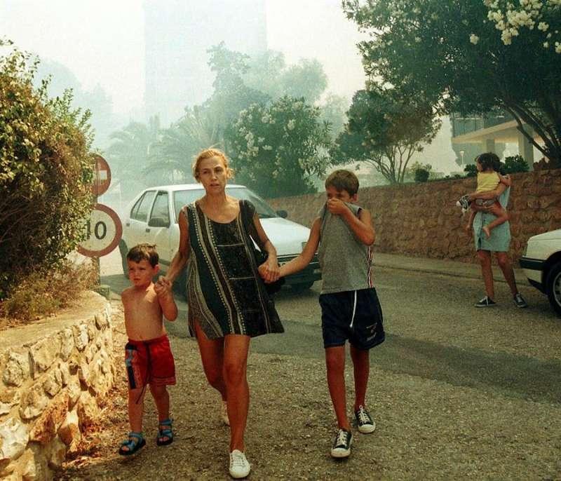 Imagen de archivo de un desalojo de una mujer y sus hijos por un incendio en Dénia (Alicante).EFE/J.C.CARDENAS