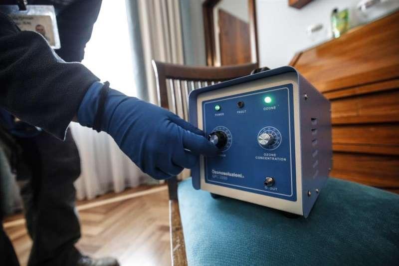 Una persona higieniza una estancia con un sistema de ozono. EFE