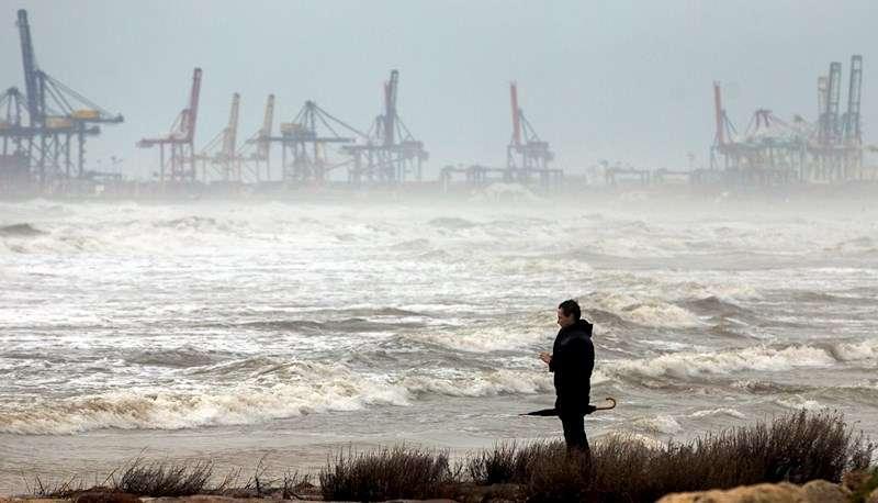 Un hombre contempla el estado de la mar en Port Saplaya (València). EFE/Kai Försterling/Archivo
