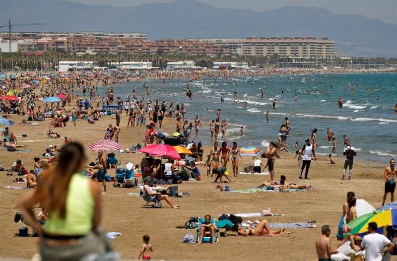 Cientos de personas en las playas de Las Arenas y La Malvarrosa de la ciudad de Valéncia. EFE/Manuel Bruque