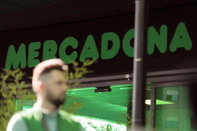 Una persona pasa ante un supermercado de Mercadona. EFE/Archivo