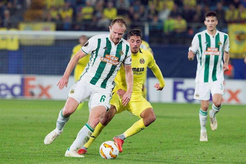 Los jugadores del Villarreal celebran el cuarto gol del equipo castellonense durante el encuentro correspondiente a la fase de grupos de la Liga Europa que han disputado esta noche frente al Rapid de Viena en el estadio de La Cerámica, en Villarreal. EFE