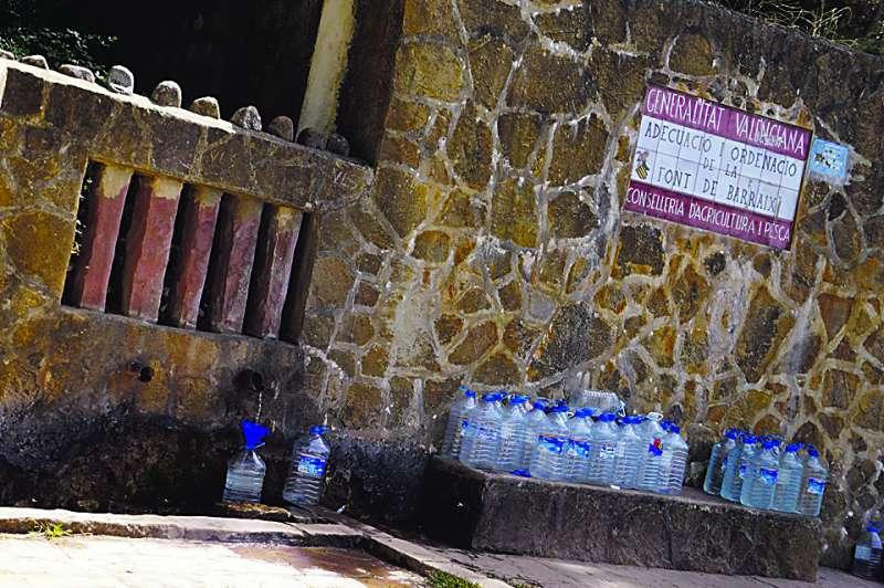Imagen de las botellas de agua rellenadas por un vecino de Valencia. EPDA