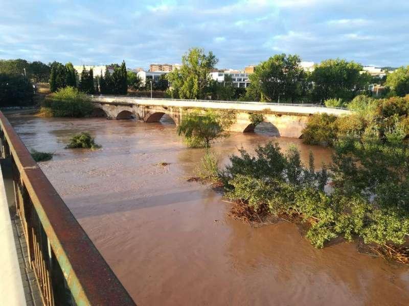 Así bajaba el río Turia a su paso por Riba-roja a primera hora de la mañana del 2 de septiembre. / EPDA