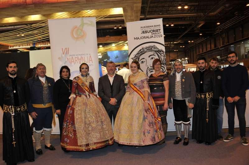 El alcalde con las concejalas de Turismo y Fiestas con las Falleras Mayores y la Mayoralía. EPDA
