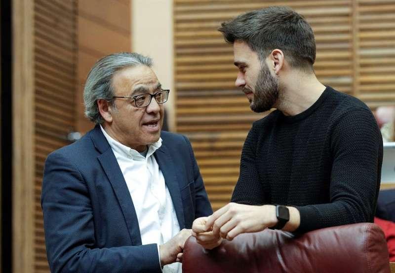 El vicesecretario general del PSPV-PSOE, Manolo Mata (izqda), charla con el portavoz de Compromís en Les Corts, Fran Ferri. EFE/Bruque/Archivo