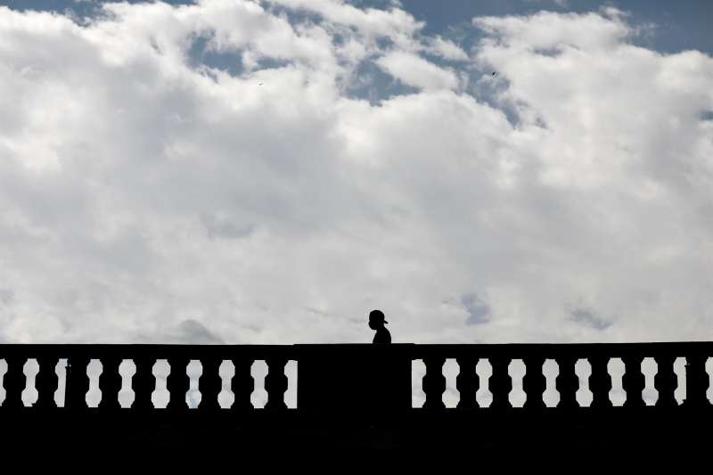 Una persona pasa por un puente de Valencia.