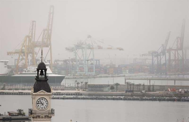 Vista general del puerto de València con niebla. EFE/Kai Försterling/Archivo