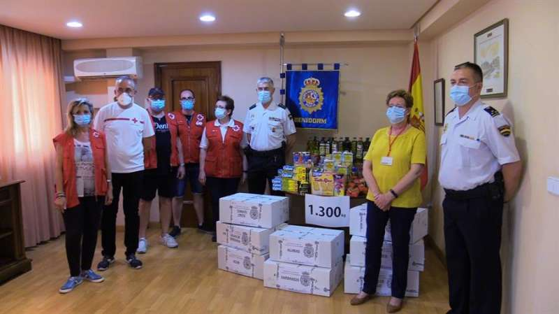 Foto cedida por la Comisaría Provincial de Alicante de la PolicíaNacional con la entrega de alimentos para las familias más necesitadas.