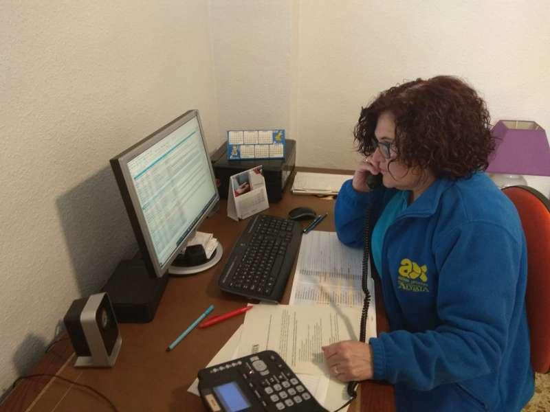 Una trabajadora ofreciendo el servicio telefónico. EPDA