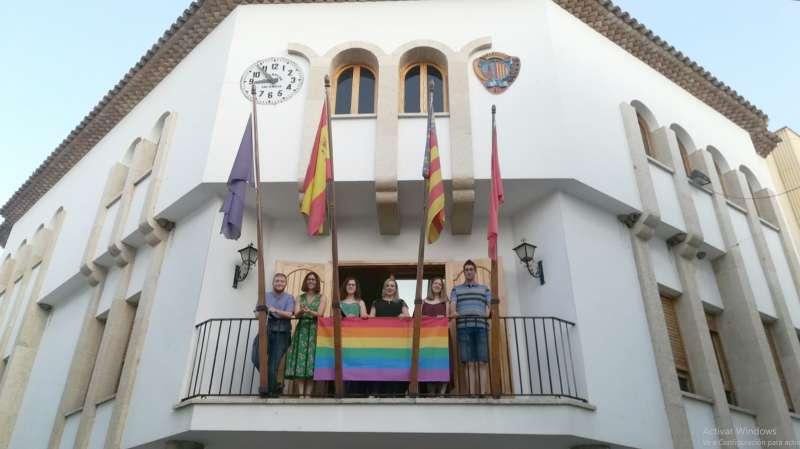 La bandera LGTBI en el balcón de la casa consistorial