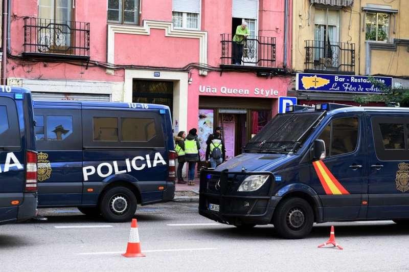 Una imagen de archivo de una operación policial contra la trata de mujeres. EFE