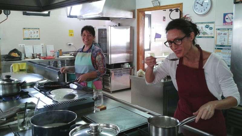 Instante del curso de cocina que se está desarrollando en Teulada