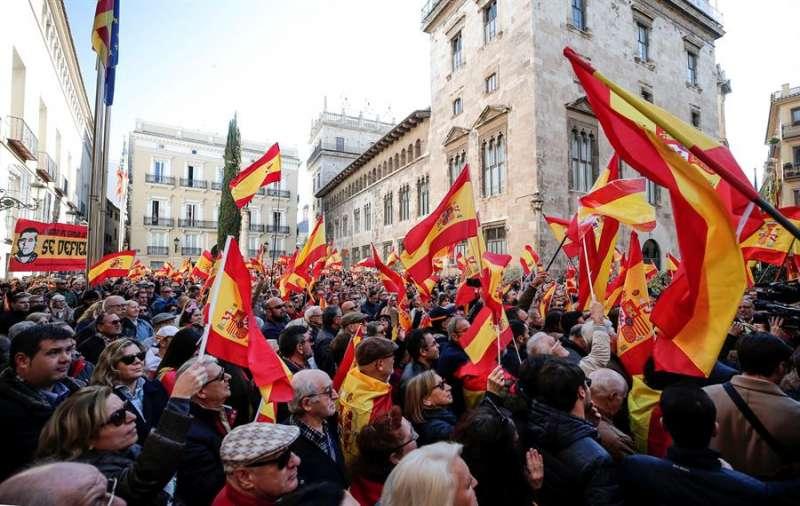 Imagen del pasado mes de enero de una concentración de simpatizantes de VOX frente al Palau de la Generalitat en València. EFE