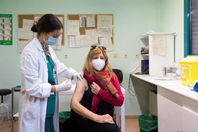 Una mujer recibe la vacuna de la gripe en un centro de salud. EFE/Archivo
