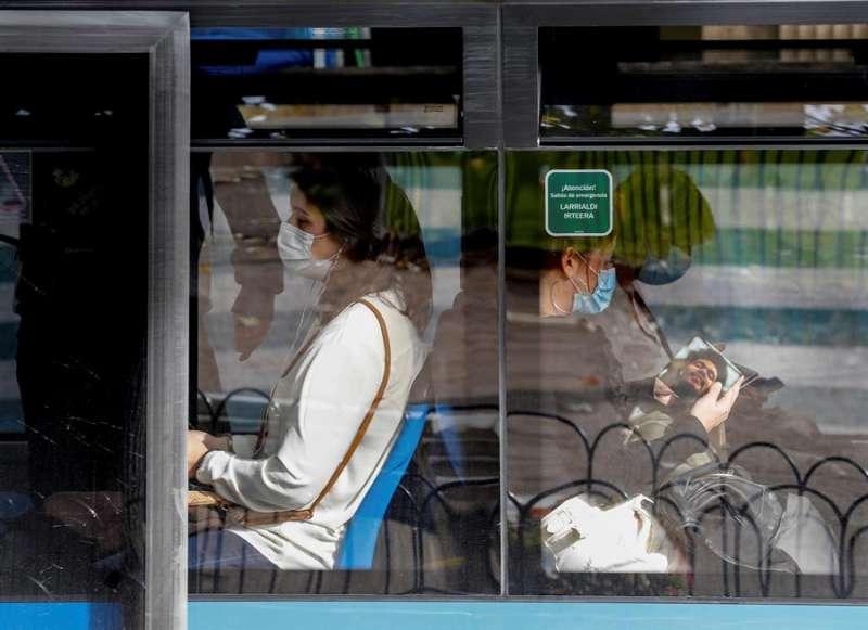 Pasajeros con mascarillas usan la red de autobús. EFE/Juan Herrero/Archivo