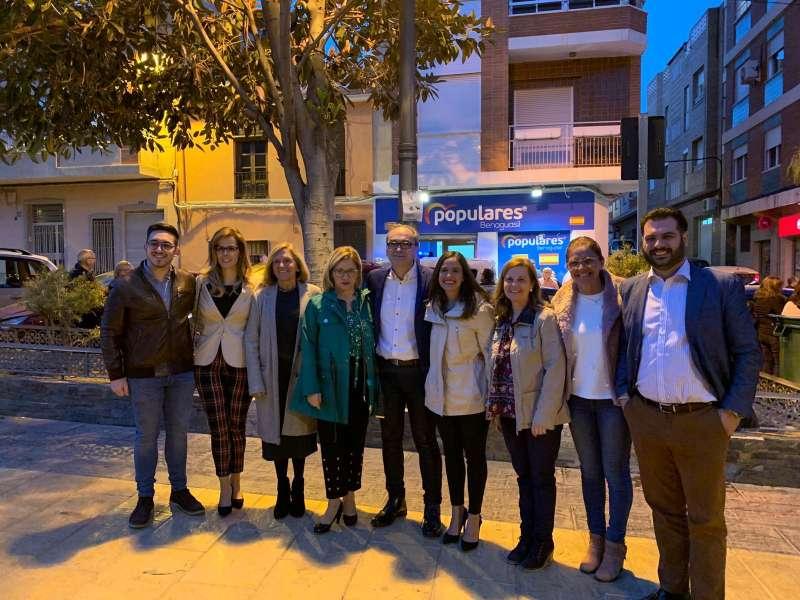 Ximo Segarra con Mari Carmen Contelles y representantes del PP comarcal y provincial.