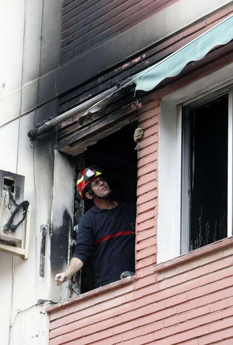 Un bombero inspecciona una vivienda tras un incendio en Elche. EFE/Archivo