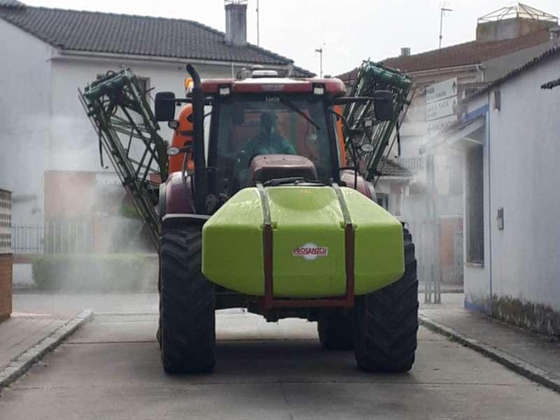 Un tractor desinfectando. EPDA