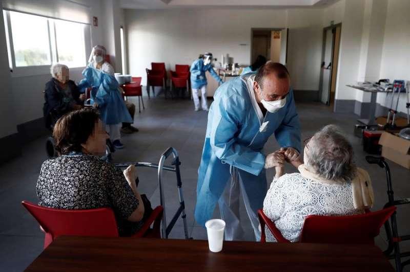Un sanitario atiende a los ancianos alojados en una residencia. EFE/Mariscal