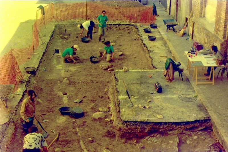 Excavaciones en la plaza del Almudín de Segorbe en 1999