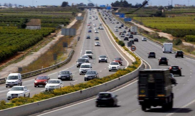 Vista general del tráfico en la autopista V-31 a su paso por Picassent, Valencia, durante la Semana Santa del año pasado. EFE/Archivo