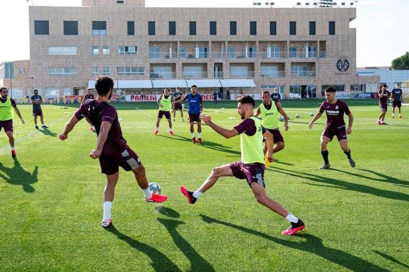 Los jugadores del Villarreal Albiol (i) y Morlanes (d) junto a sus compañeros durante el entrenamiento realizado hoy por el equipo castellonense, en una imagen difundida por el club. EFE/Villarreal CF