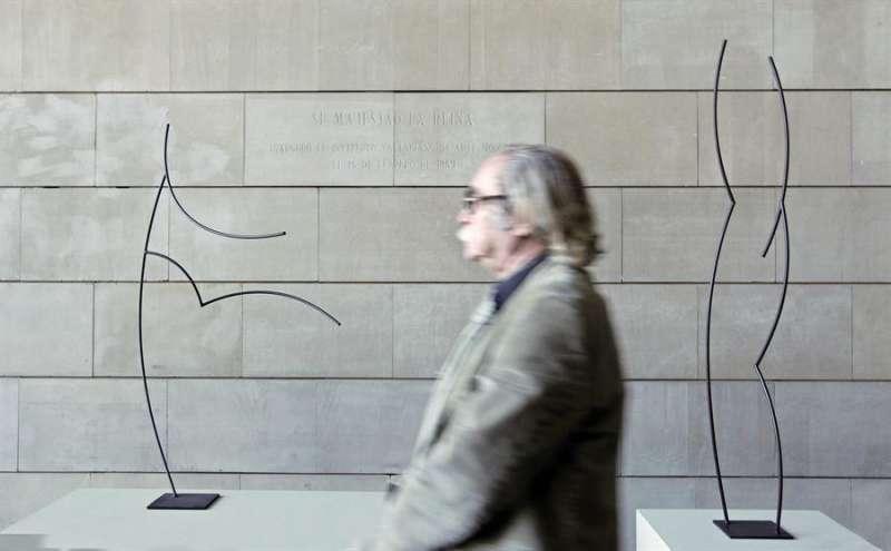Un hombre pasa ante las esculturas del artista valenciano Andreu Alfaro,