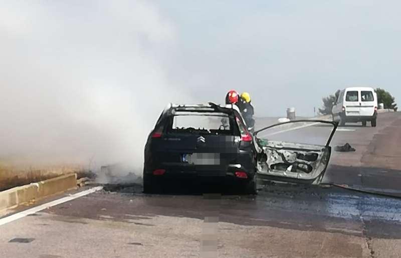 Los bomberos con el vehículo