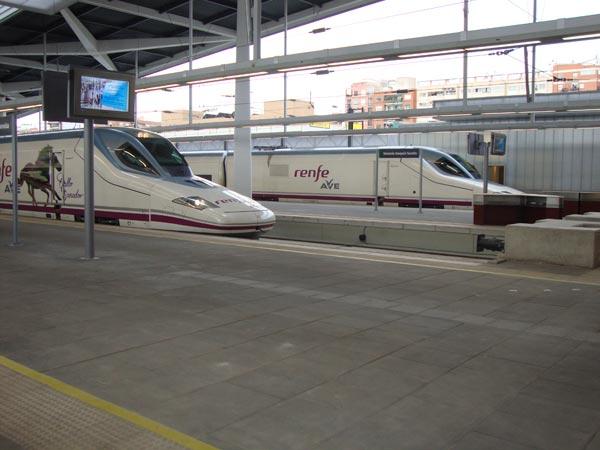 El primer tren de AVE llegando a la estación de Sorolla. FOTO P. T.