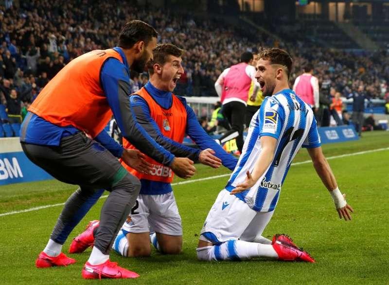 Los jugadores de la Real Sociedad celebran el gol del centrocampista belga Adnan Januzaj (d) ante el Valencia. EFE/ Juan Herrero