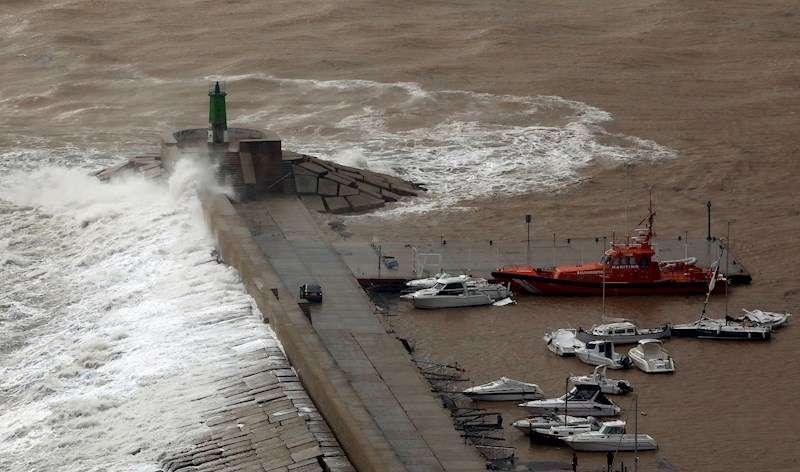 Vista del oleaje causado por los fuertes vientos del temporal Gloria en la localidad alicantina de Javea. EFE/ Juan Carlos Cárdenas