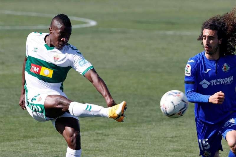 El defensa colombiano del Elche Helibelton Palacios (i) y el centrocampista del Getafe Marc Cucurella durante el partido de la 28 jornada de LaLiga Santander. EFE/Chema Moya