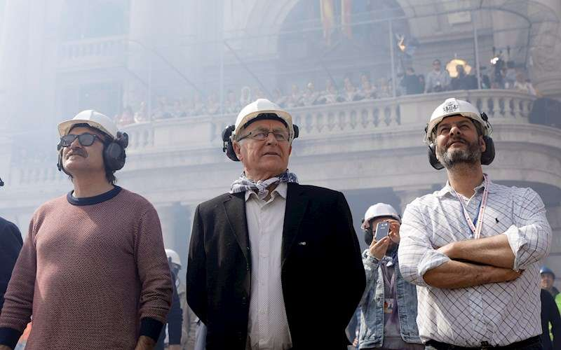 El alcalde de València, Joan Ribó, en una mascletà con los concejales de Comercio, Carlos Galiana, y Movilidad, Giuseppe Grezzi. EFE