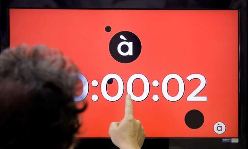 Imagen de archivo de un espectador que aguardaba al inicio de emisión de À Punt con el informativo de mediodía. EFE/Kai Försterling